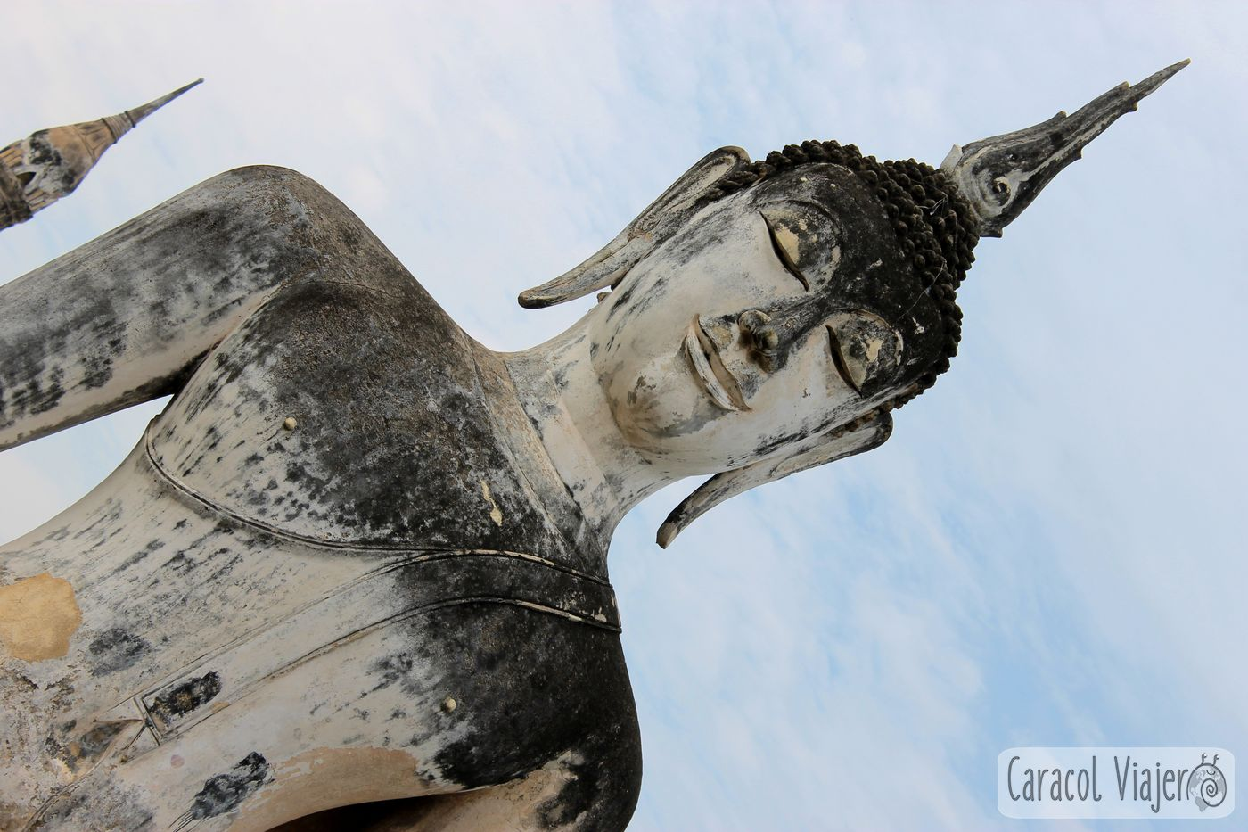 Buda en diagonal Wat Sa Si Sukhothai, Tailandia