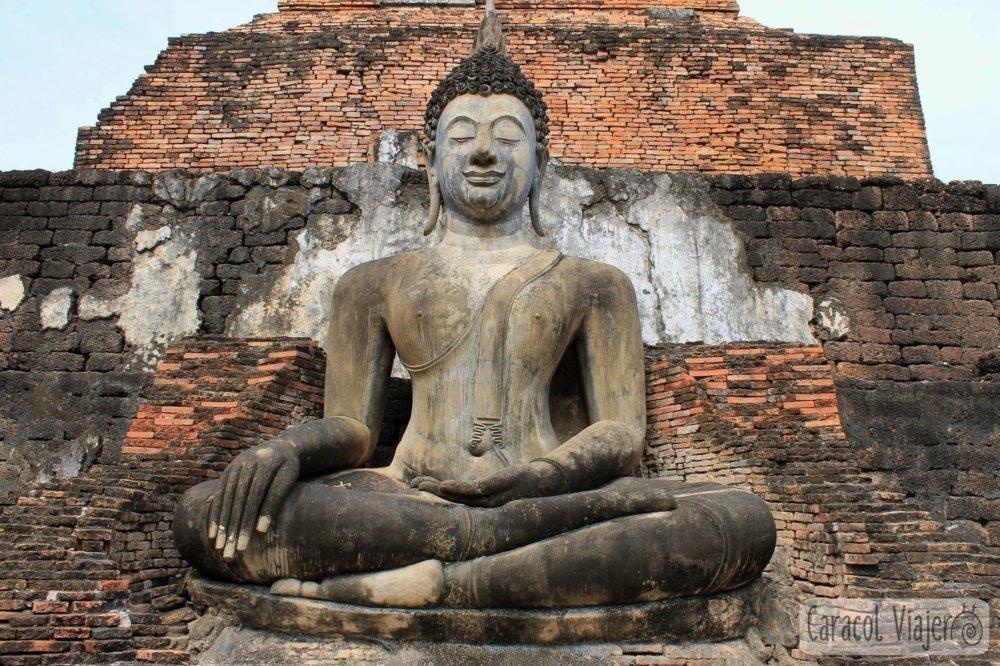 Buda sentado en Wat Sa Si Sukhothai, Tailandia