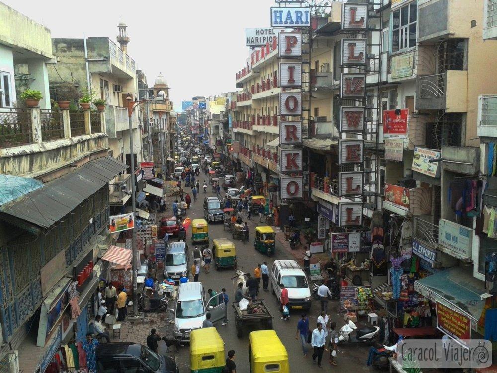 Mini caos de Paharganj zona mochileros