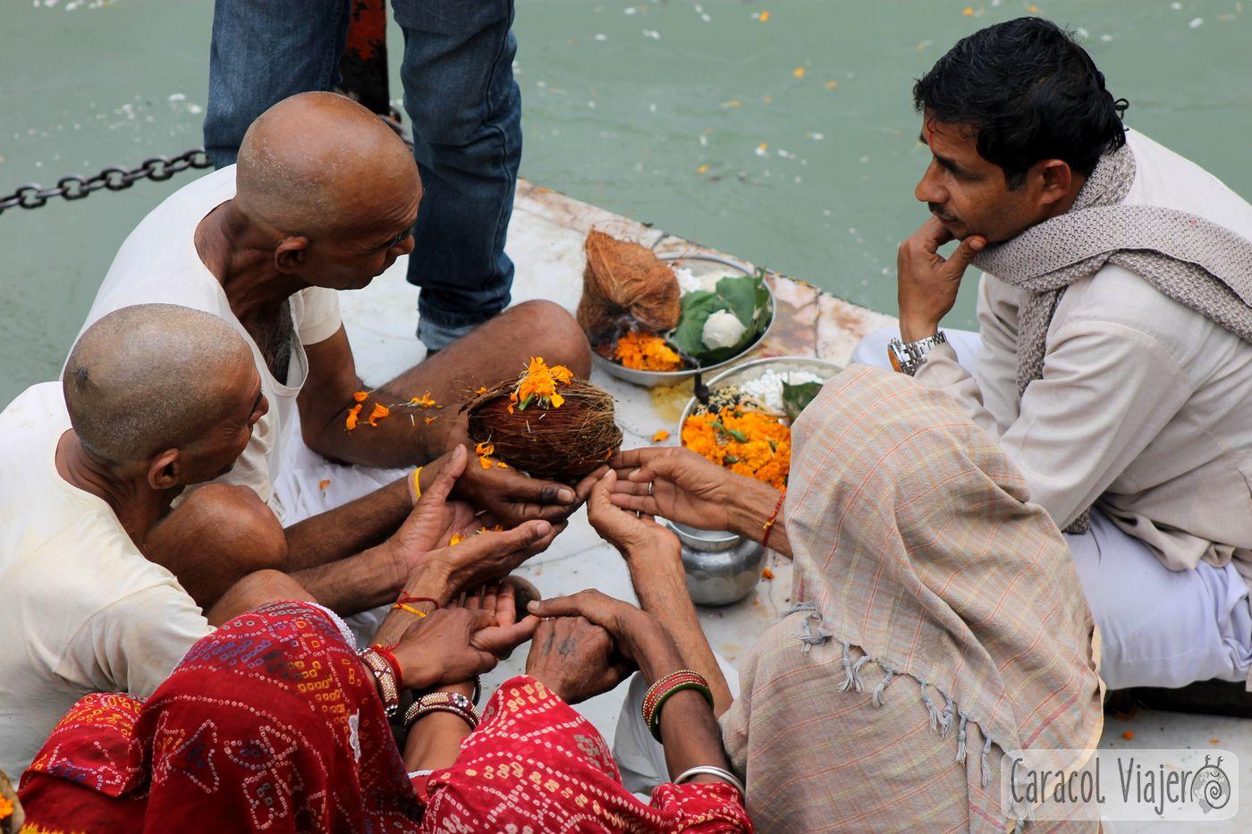devotos Har-Ki-Pauri, aarti en Haridwar