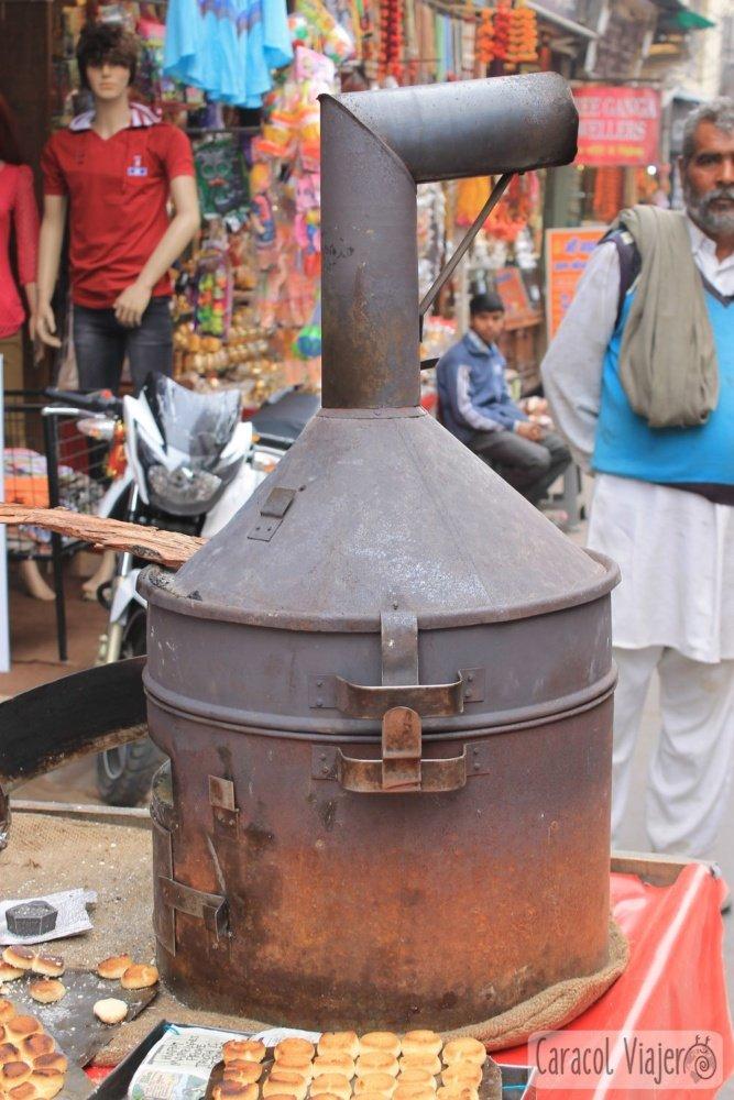 Horno portátil en Haridwar. Galletas