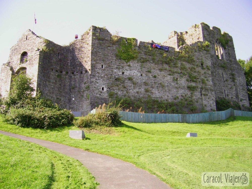 Oystermouth Castle - puerta de acceso, rampa exterior.
