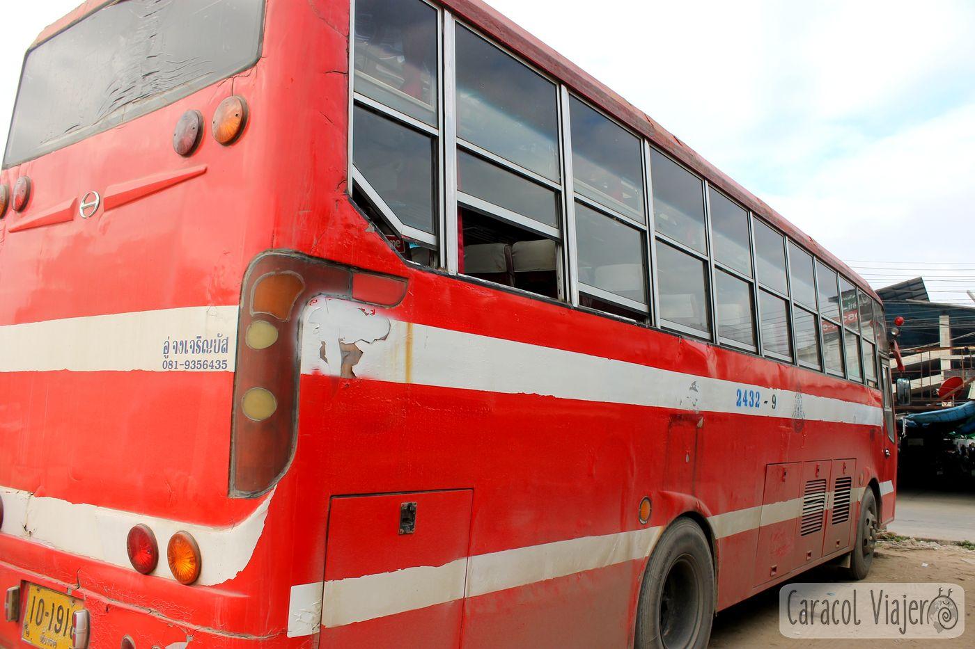 Bus rojo a Chiang Khong, Tailandia