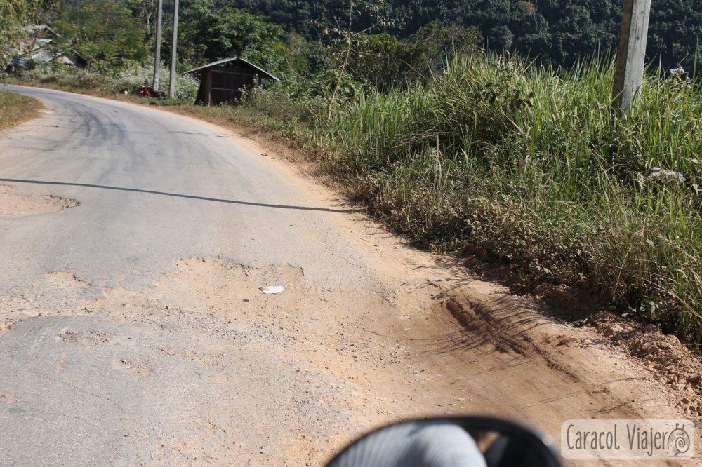 Laos, agujeros en las carreteras