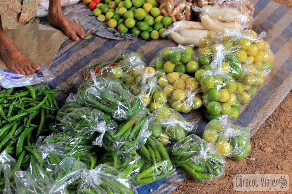 En bolsas, Tailandia. Presentación fruta en el mercado Sukhtohai