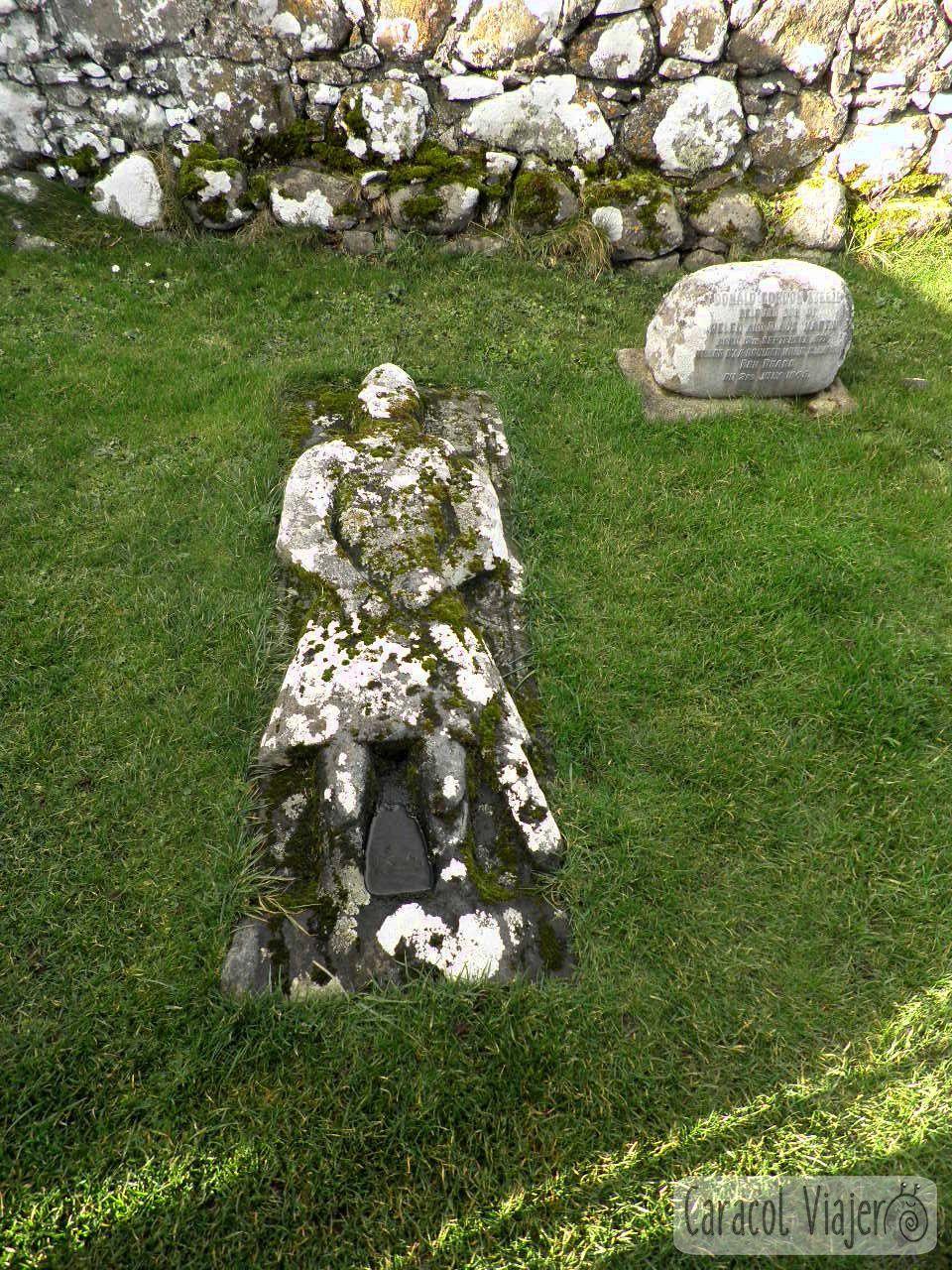 Angus Martin tumba en Kilmuir.