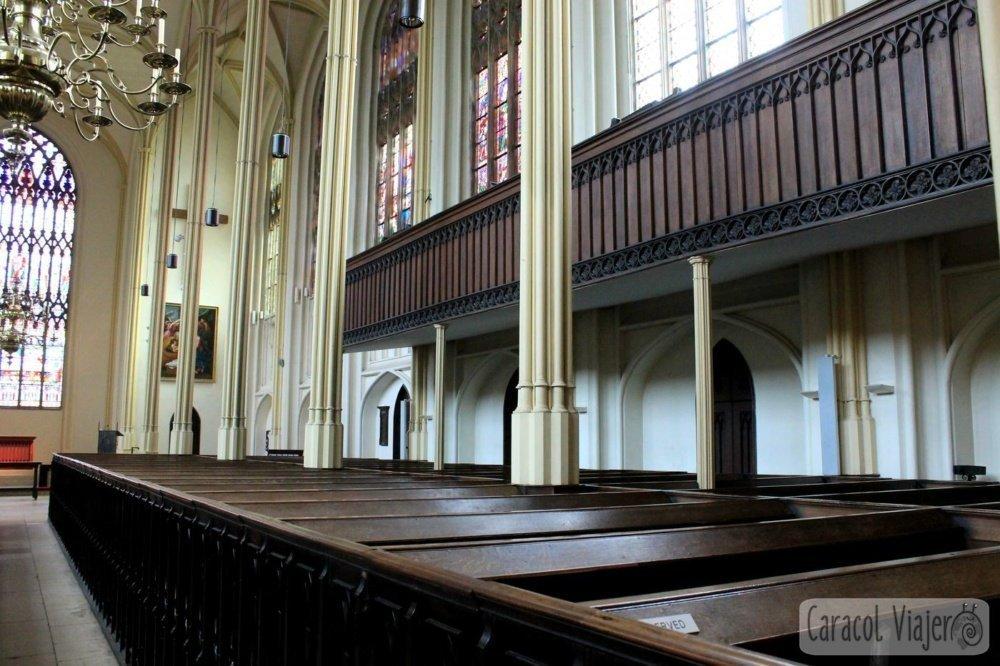Bancos Edificio interior de la iglesia de Santa María