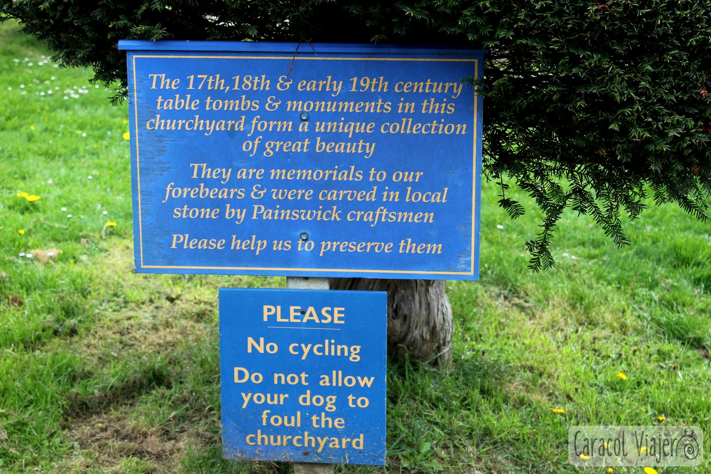 Aviso cartel cementerio en la campiña inglesa - ruta al castillo de Sudeley