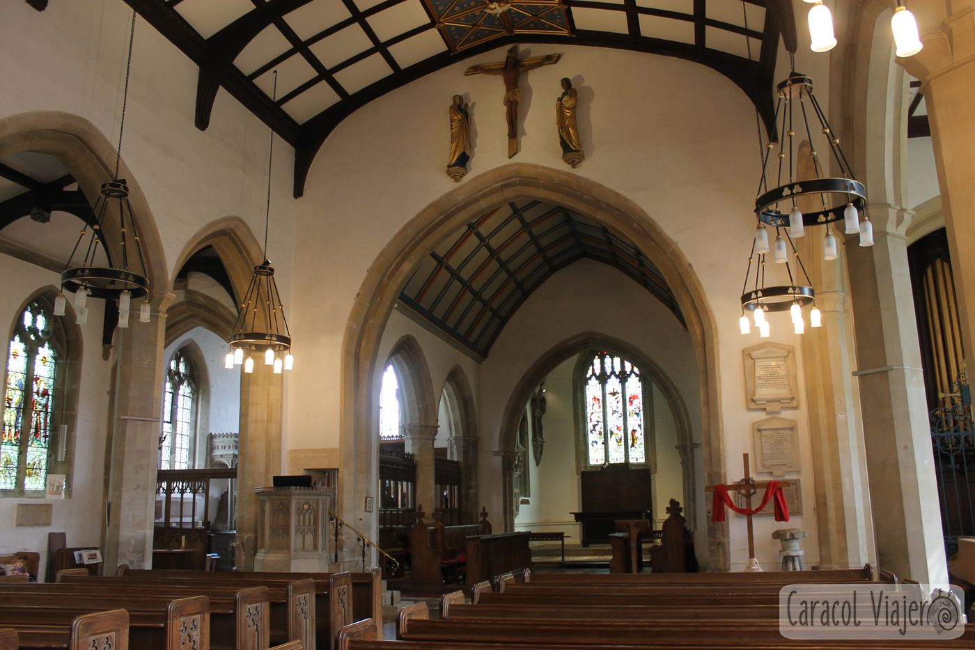 Interior de la Iglesia Santa María Painswick en la campiña inglesa