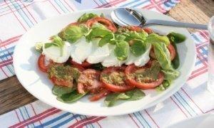 Ensalada caprese de tomate y mozzarella fresca