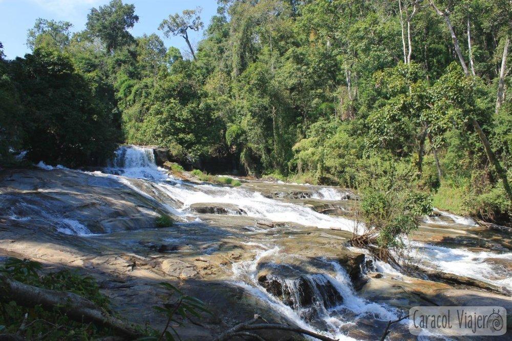 Base de las cascadas Wachirathan Waterfall