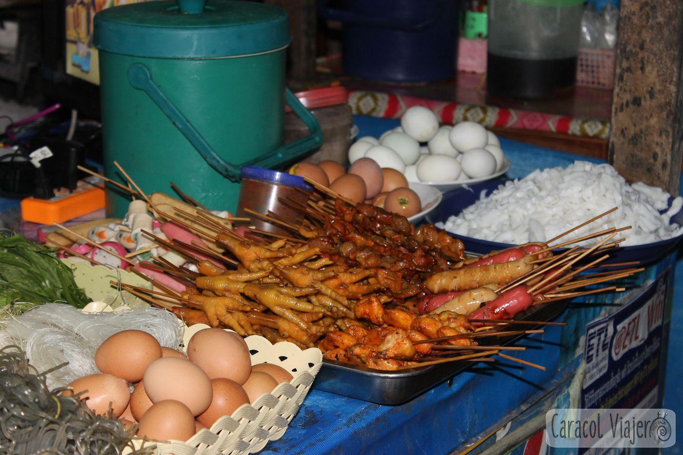 Comer patas de pollo en Laos