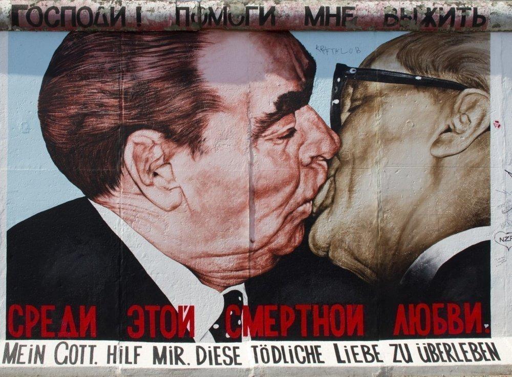 East Side Gallery beso grafiti