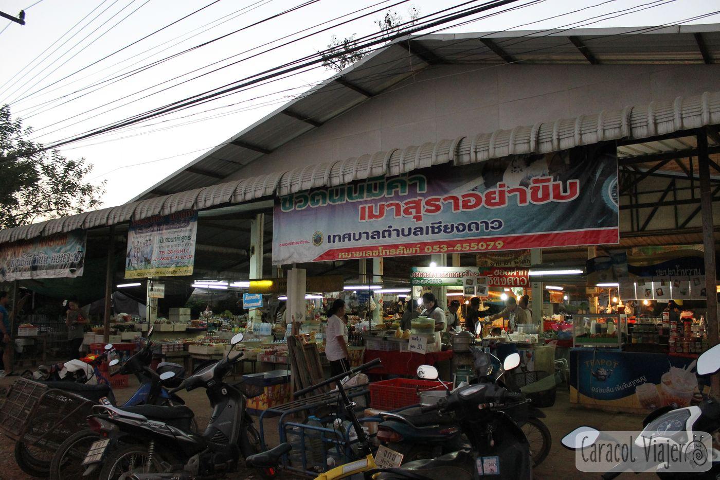 Mercado en Chiang Dao noche