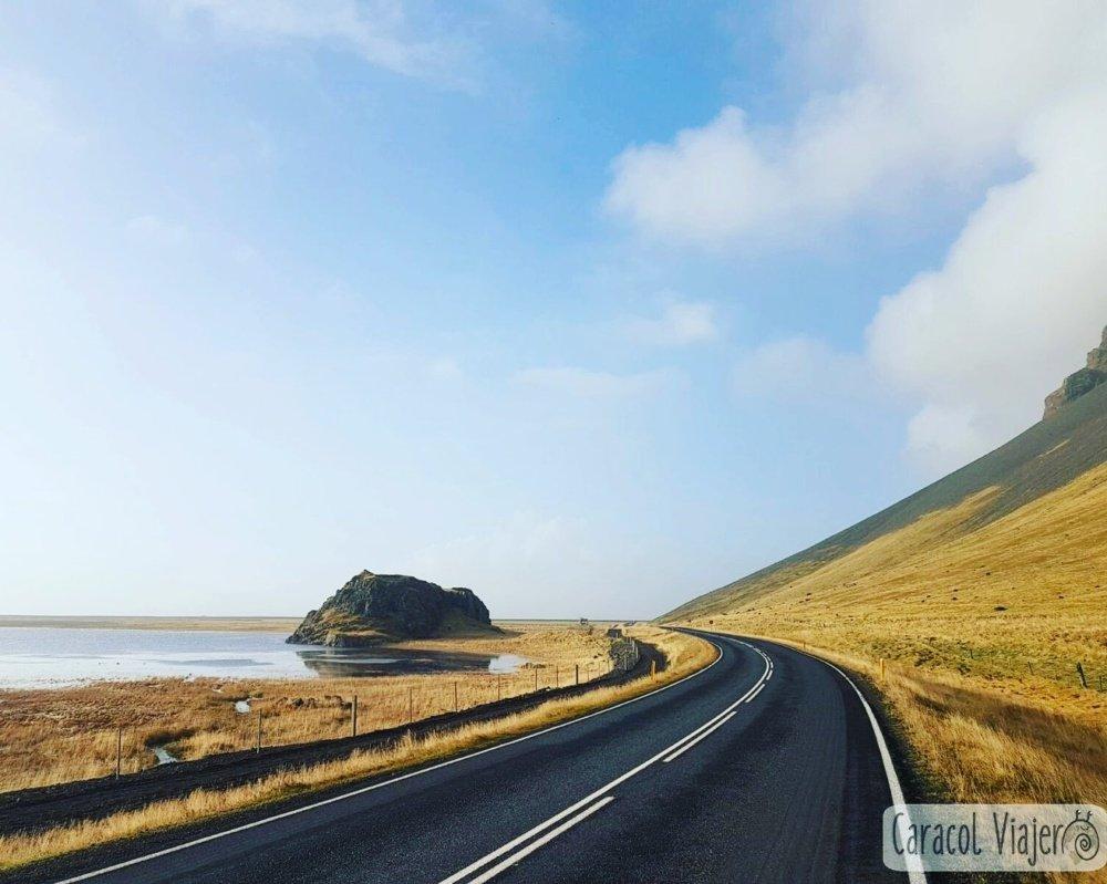 Carretera a la playa de hielo en Islandia