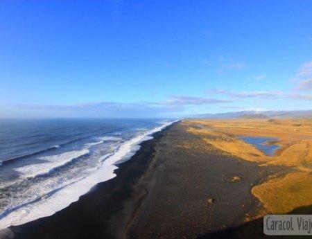 ¡La insólita playa de arena negra en Islandia!