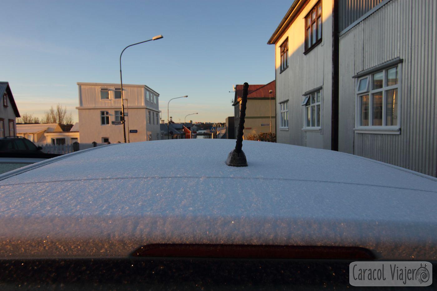Coche en Islandia helado