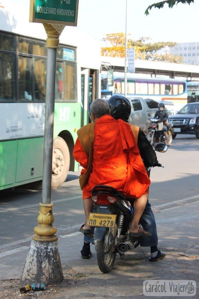 Monje en moto