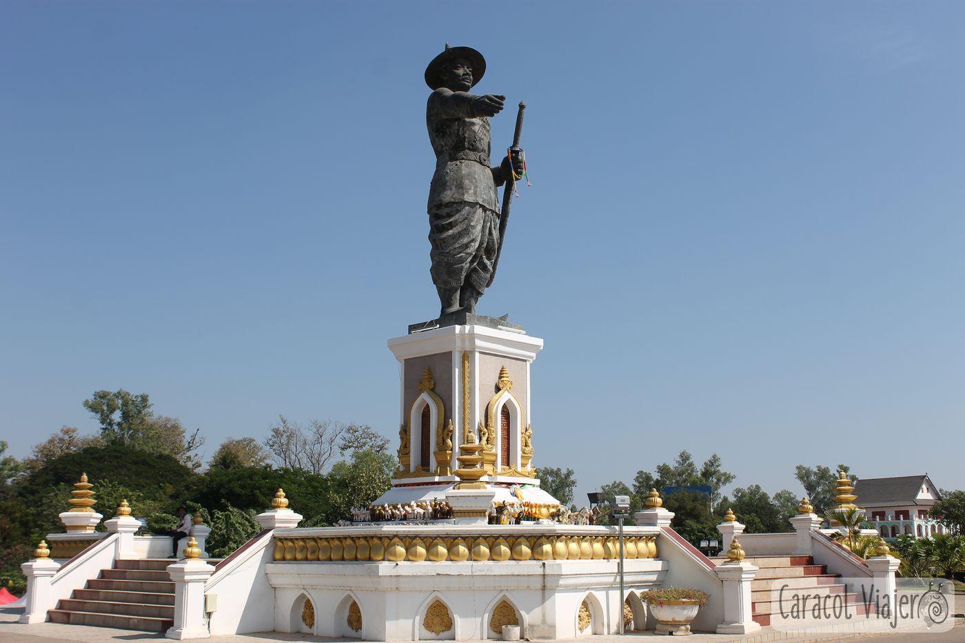 Estatua de cara al Mekong