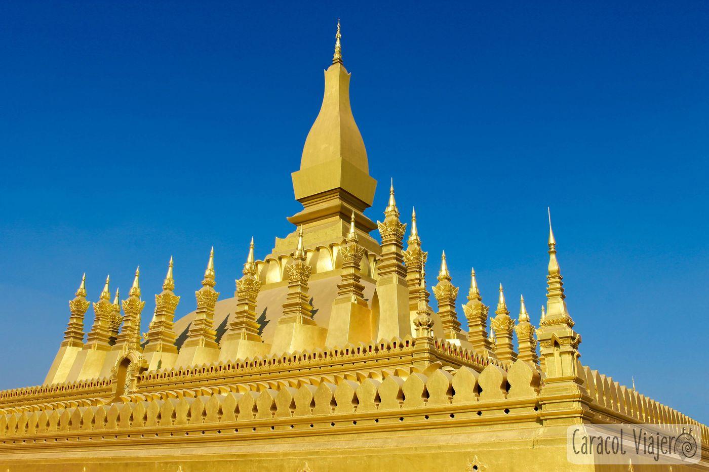 Viajar a Laos: estupa dorada en Vientián
