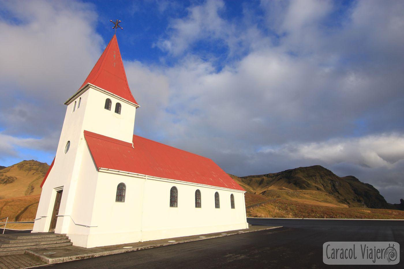 playa de arena negra en Islandia pueblo anterior