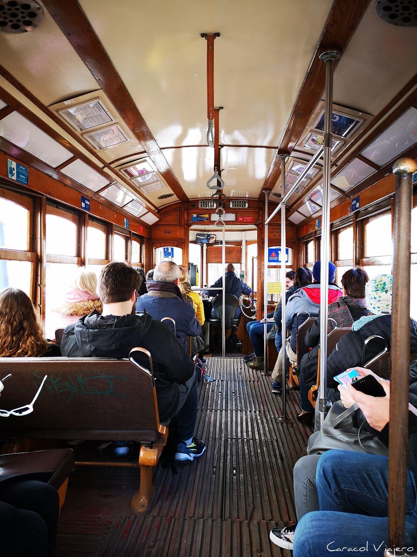 Interior tranvía Lisboa