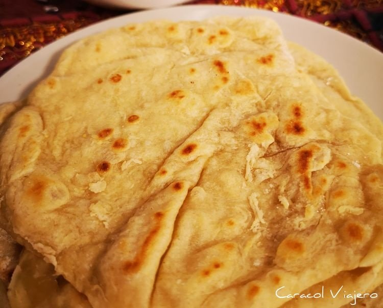 pan estilo árabe en sartén, plano