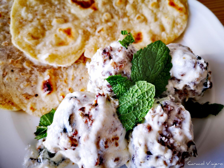 albóndigas con yogur y pan plano en sartén