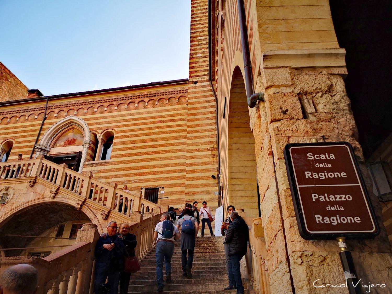 Escalera palacio Raggione