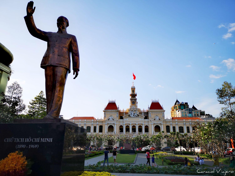 Ayuntamiento y estatua