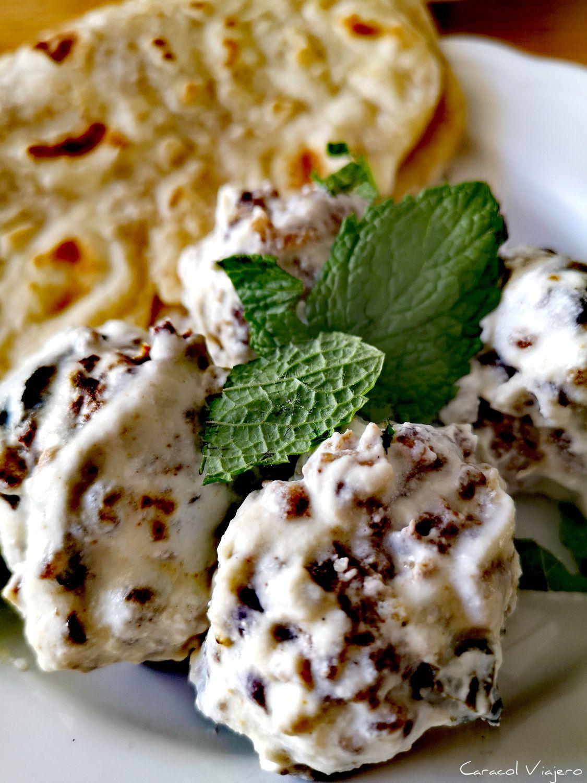 albóndigas libanesas con salsa de yogur y menta