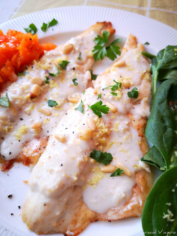 Pescado blanco con salsa de piñones libanesa: Samak Tarator